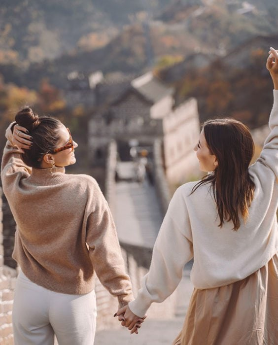 The how-to guide on making extraordinary friends and cultivating meaningful relationships that move and inspire you.